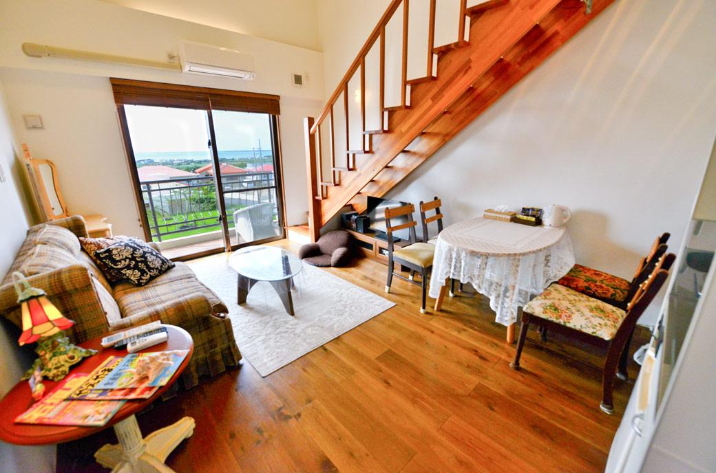 室内からも景色が眺められるリビングスペース。無線WiFi(無料)完備。