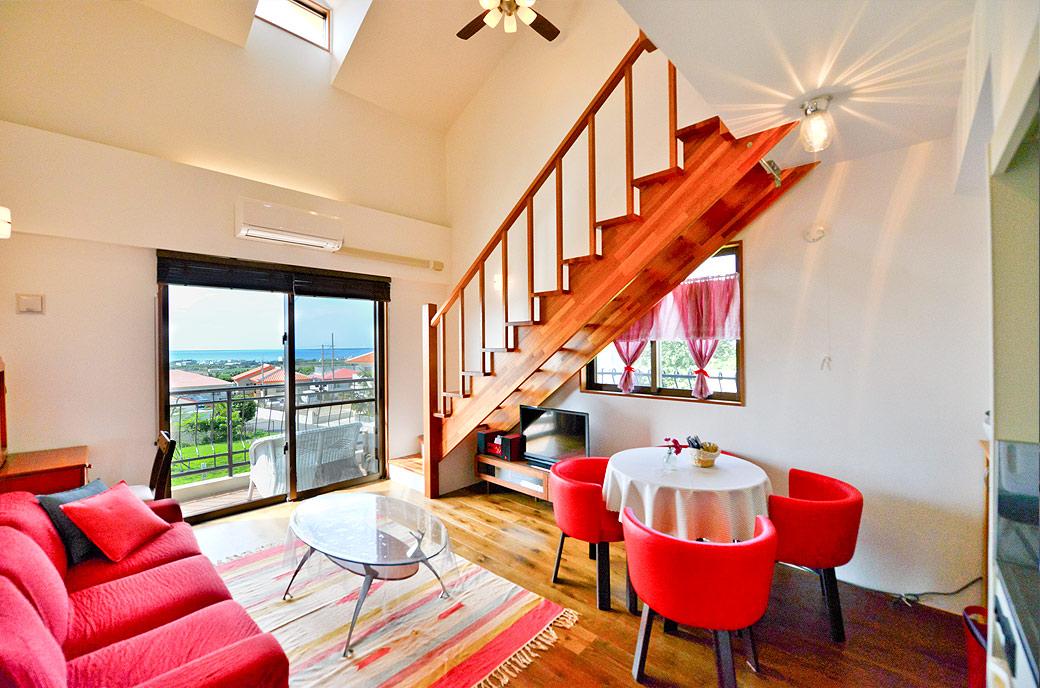 室内からも景色が眺められるリビングスペース。