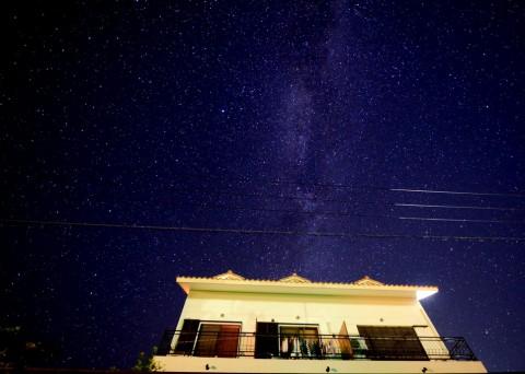 市街地から少し離れた静かな住宅街のため、晴れた夜は満天の星空が一望できます。